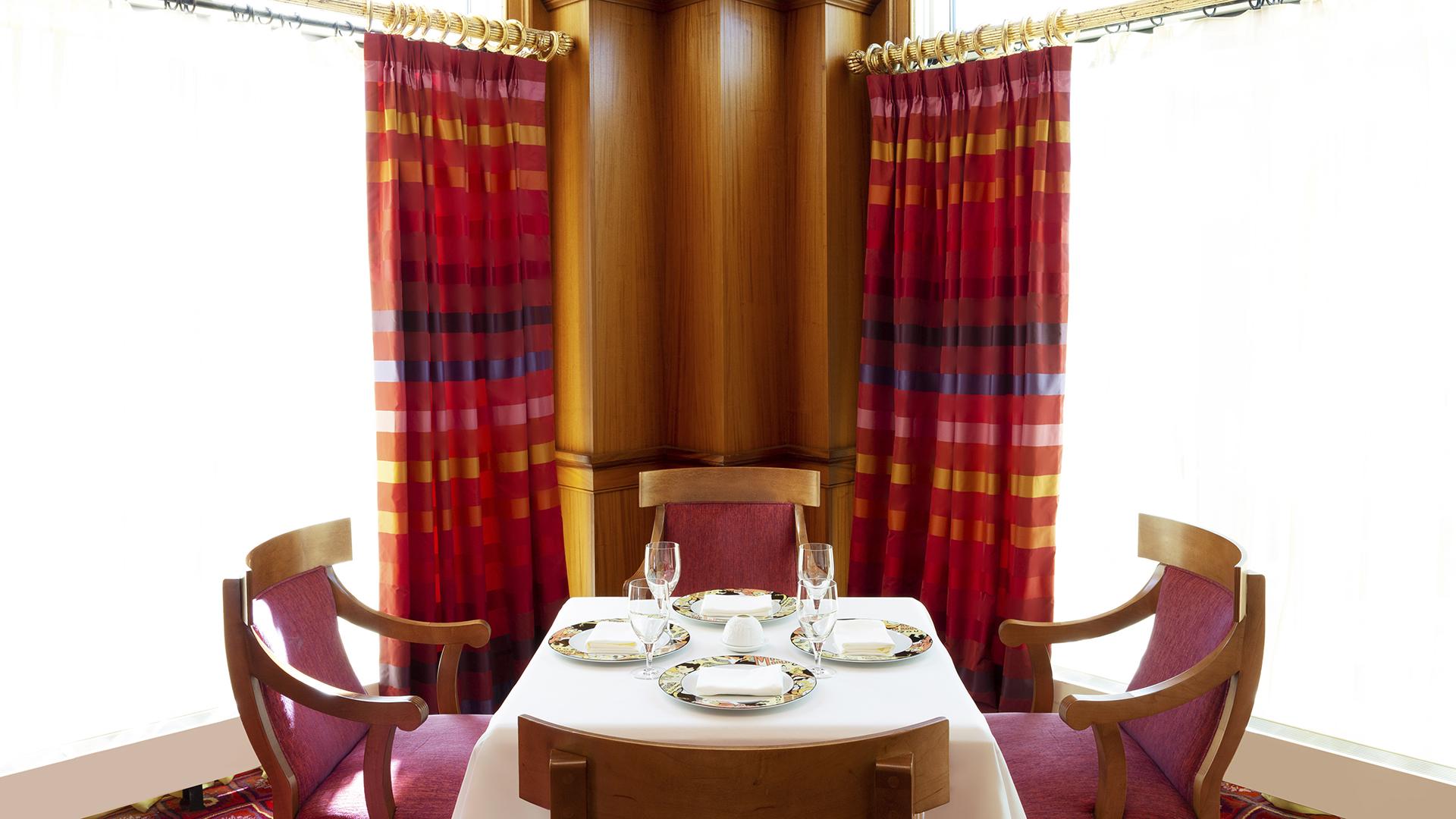 Lautrec table for four
